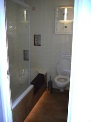 en ook het toilet en het grotere ligbad zitten er weer in door de verlichting onder het bad lijkt het bad te zweven en oogt de ruimte groter